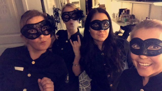 Eftersom vi jobbade på Nyårsafton, när alla andra var snygga och uppiffade i svarta små klänningar, tänkte en av tjejerna att vi kör mask. Det dröjde inte med än 10 min sen började de klia och bli väldigt obekväma att jobba i. haha! Men det är ett gott minne!!