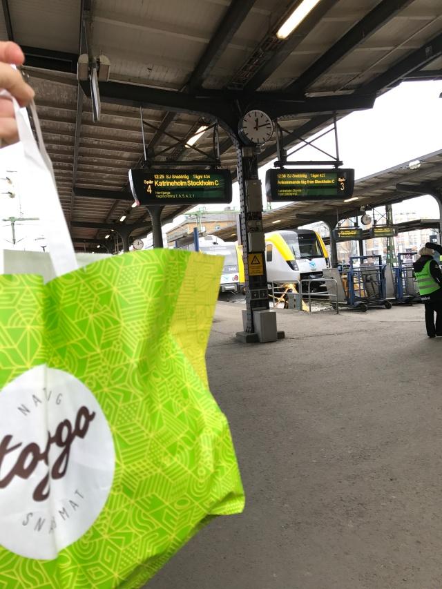 Nöjd över mitt inköp av fika till tågresan. Tre steg längre fram har jag vält ut mitt efterlängtade kaffe...