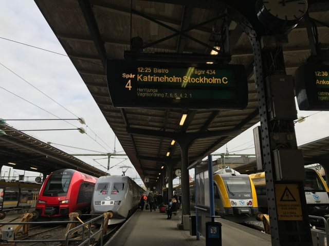 Nästa Stockholm, Stockholm nästa!! I mina tankar så är tågresor något ganska så mysigt och avstressande. Den här resan var inte alls så, jag mådde illa under 5 timmar och det blev inte bättre. Tågvärdinnan kom och berättade att funktionen som gör att tåget stabiliseras i kurvorna har gått sönder och det här är inget ni kommer att märka ... Tyckte hon ;)